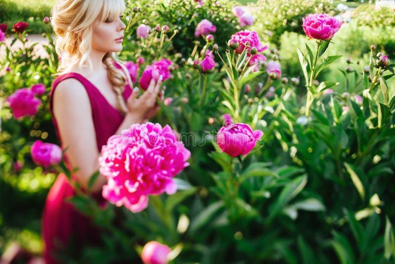 Fin ext?rieure vers le haut de portrait de belle jeune femme dans le jardin de floraison Concept femelle de mode de ressort image libre de droits