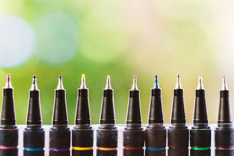 Fin eyelinerpenna för färg mot naturlig grön bakgrund arkivbilder