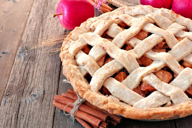 Fin faite maison de tarte aux pommes vers le haut de scène image stock
