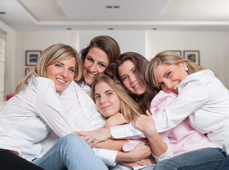 Fin femelle de caresse de sofa de famille photo stock