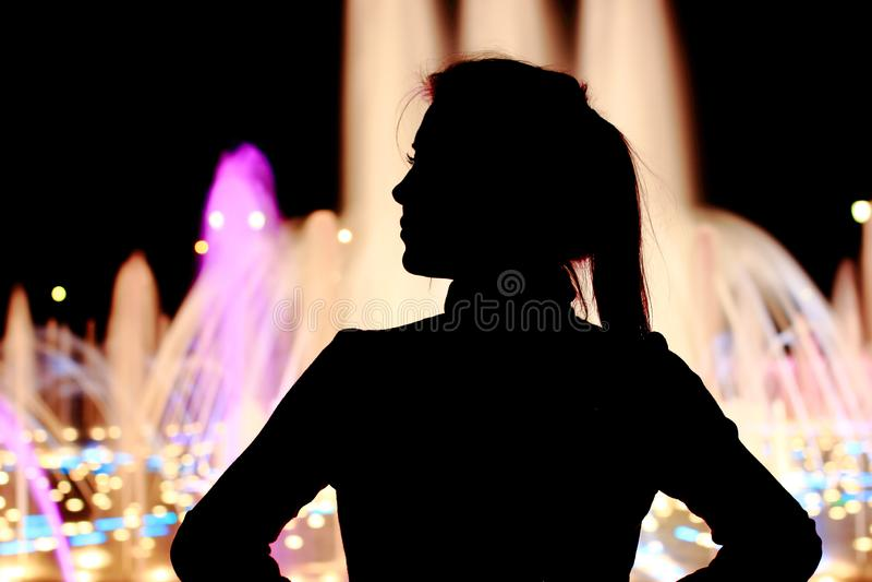Fin flicka på gatan som tänker, mening som är ledsen, dröm Fullt längdsammanträde, stående royaltyfri foto