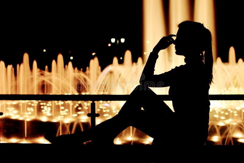 Fin flicka på gatan som tänker, mening som är ledsen, dröm Fullt längdsammanträde, stående arkivbilder