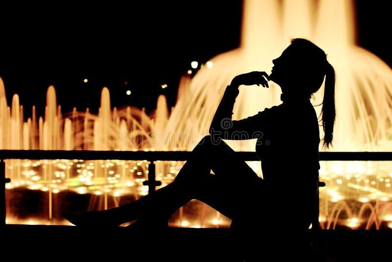Fin flicka på gatan som tänker, mening som är ledsen, dröm Fullt längdsammanträde, stående fotografering för bildbyråer