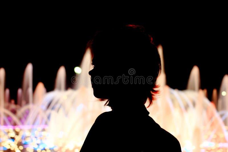Fin flicka på gatan Stående full längd som sitter royaltyfri fotografi