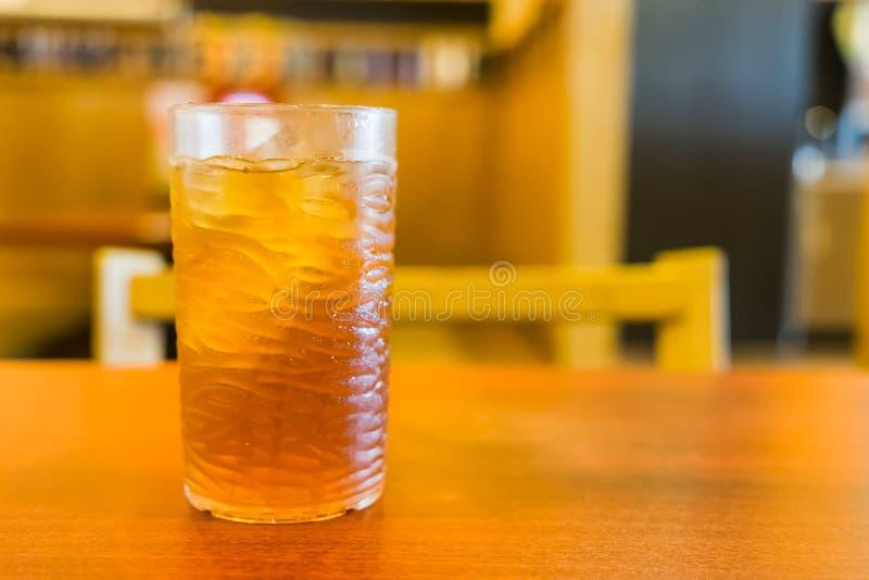 Fin glacée de thé de citron avec hors du fond de foyer photographie stock