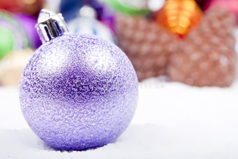 Fin lilas d'ornement de Noël vers le haut photographie stock libre de droits