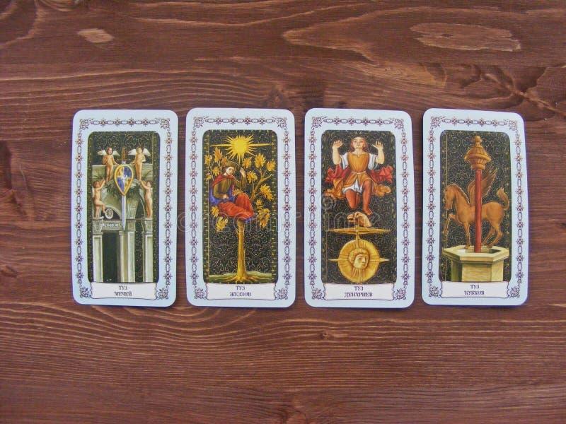 Fin médiévale de cartes de tarot, les as des plate-formes de tarot sur le fond en bois photo libre de droits