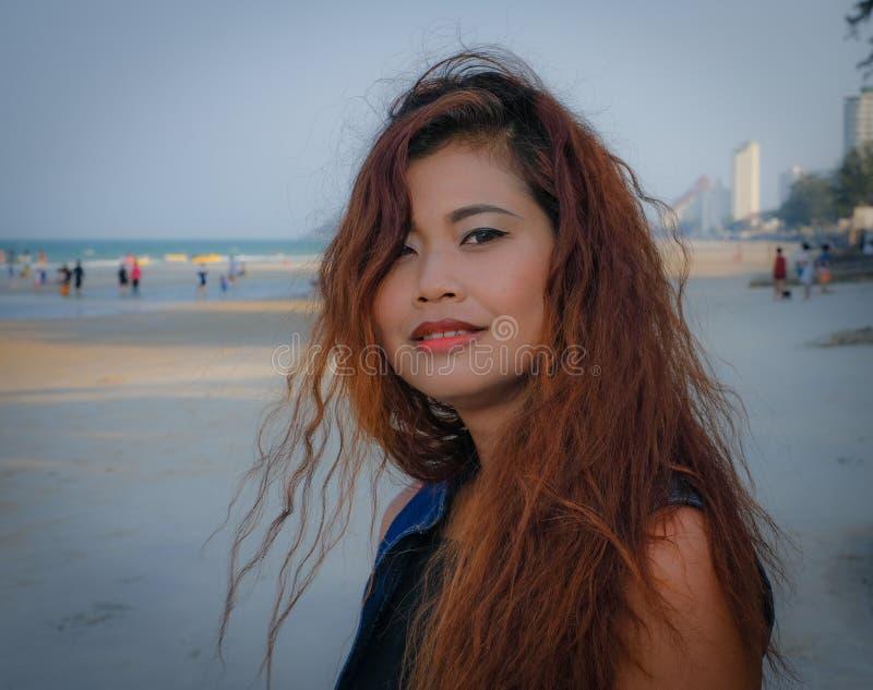 Fin modèle sur la plage au temps frais de soirée photos libres de droits