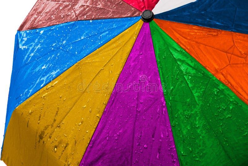 Fin multicolore humide de parapluie vers le haut d'image sur le fond d'isolement Le tissu imperméable de tissu avec de l'eau se l photo libre de droits