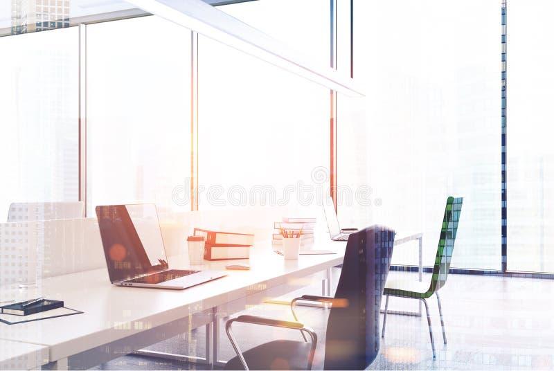 Fin panoramique de bureau de l'espace ouvert modifiée la tonalité illustration stock