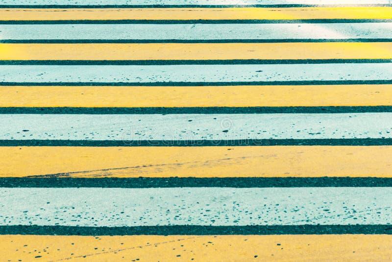 Fin piétonnière blanche et jaune de passage clouté  image stock