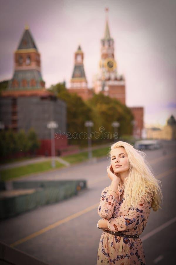 Fin russe de fille de mannequin blond vers le haut de photo sur le Ba de place rouge photographie stock