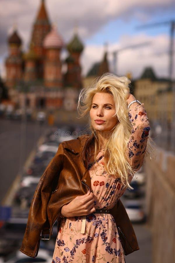 Fin russe de fille de mannequin blond vers le haut de photo sur le Ba de place rouge photos libres de droits