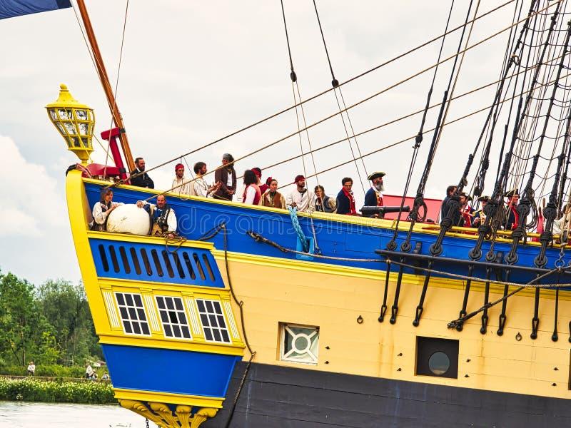 Fin sévère de voilier de Hermione avec le drapeau français sur la Seine arrivant juste pour l'armada 2019 en France image libre de droits