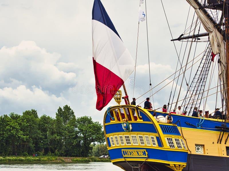 Fin sévère de voilier de Hermione avec le drapeau français sur la Seine arrivant juste pour l'armada 2019 en France photo libre de droits
