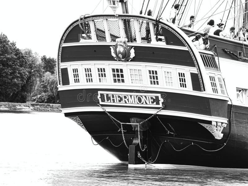 Fin sévère de voilier de Hermione avec le drapeau français sur la Seine arrivant juste pour l'armada 2019 en France photographie stock libre de droits