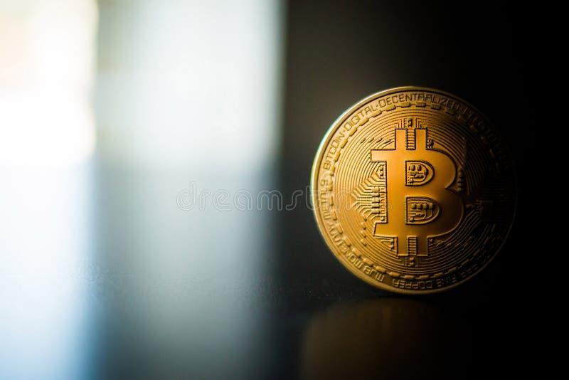 Fin simple de pièce de monnaie de bitcoin sur la surface image stock
