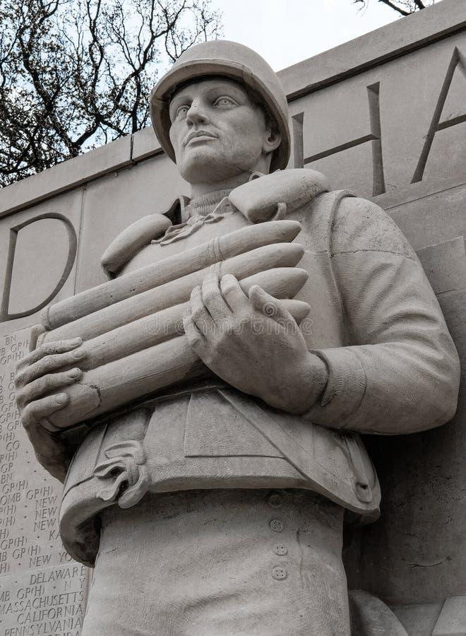 Fin skulptur av en stupad USA-marinsjöman som ses rymma ett tidskriftgem royaltyfria foton