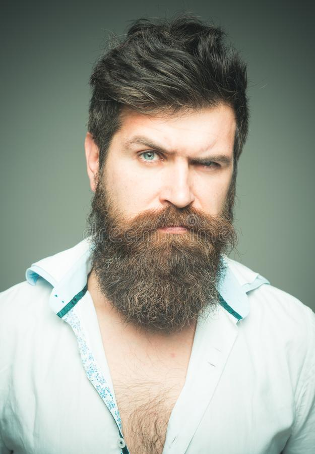Fin stricte de visage de hippie barbu brutal d'homme  La barbe épique croissante signifie également la moustache croissante Équil photos stock