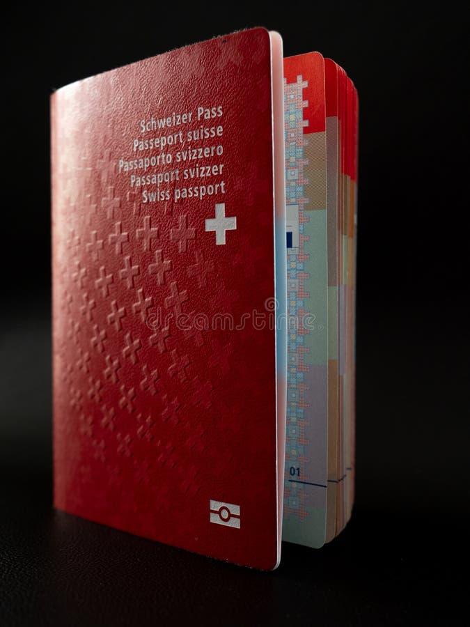 Fin suisse de passeport sur la citoyenneté noire de la Suisse de fond photographie stock
