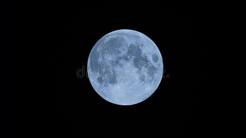 Fin superbe de lune de Big Blue vers le haut de tir avec l'appareil-photo-Inde de bourdonnement photographie stock