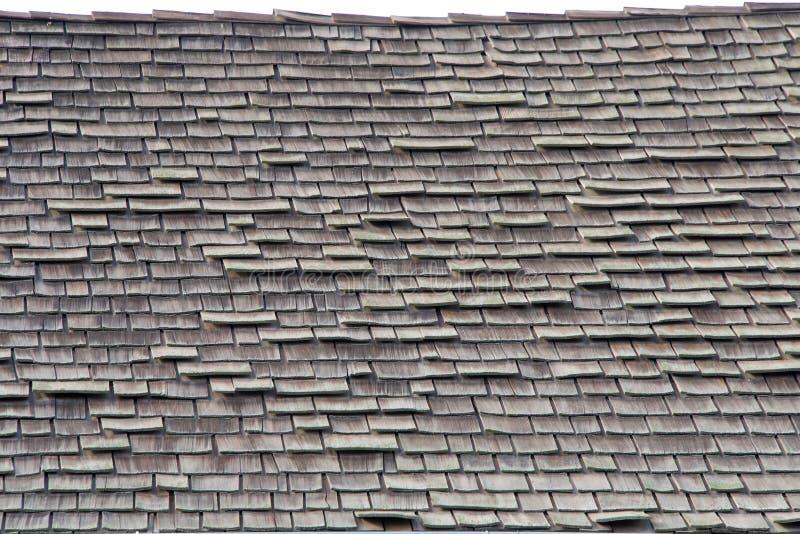 Fin sur un toit en bois de bardeau de secousse dans la réparation pauvre photo stock