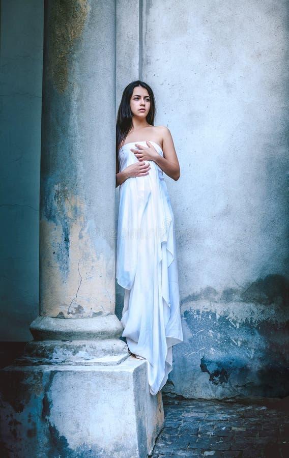 Fin ung flicka med en ljus klänning royaltyfria foton
