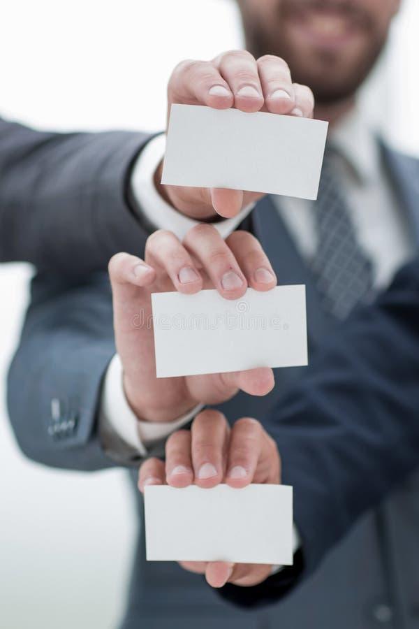 Fin vers le haut Équipe d'affaires montrant leurs cartes de visite professionnelle de visite image stock