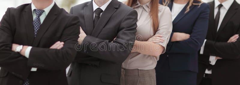 Fin vers le haut équipe professionnelle d'affaires se tenant l'un à côté de l'autre image stock