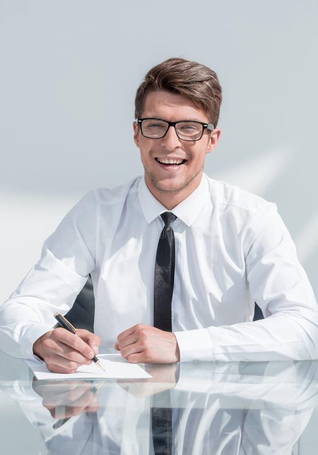 Fin vers le haut contrat de signature de sourire d'homme d'affaires photographie stock