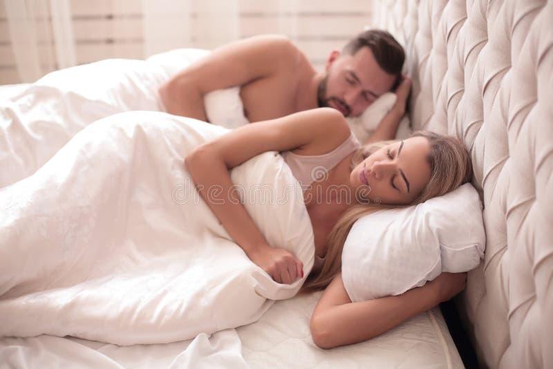 Fin vers le haut Couples heureux dormant dans le lit photographie stock libre de droits