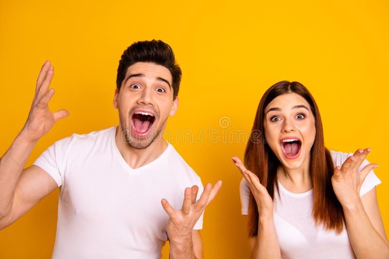 Fin vers le haut d'étonnant génial de photo elle elle il il ses bras de mains de couples a soulevé l'air pour hurler la majorette photos libres de droits