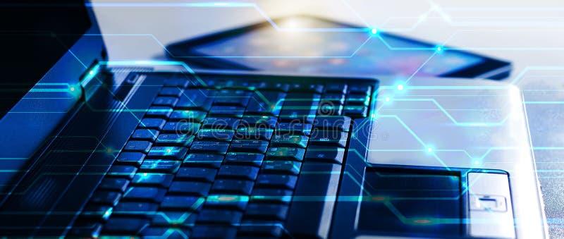 Fin vers le haut d'ordinateur portable et de comprimé sur le concept d'intimité de technologie d'affaires de protection des donné images stock