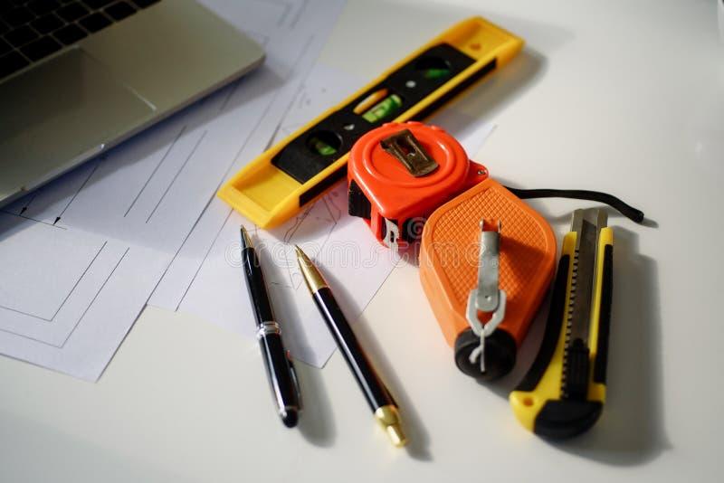 Fin vers le haut d'outil d'ingénieur l'autre objet sur le lieu de travail Concept de construction Outils d'ingénierie photographie stock
