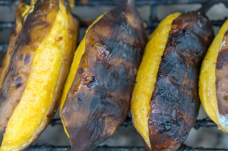 Fin vers le haut de banane thaïlandaise rôtie de style sur la nourriture de rue photographie stock