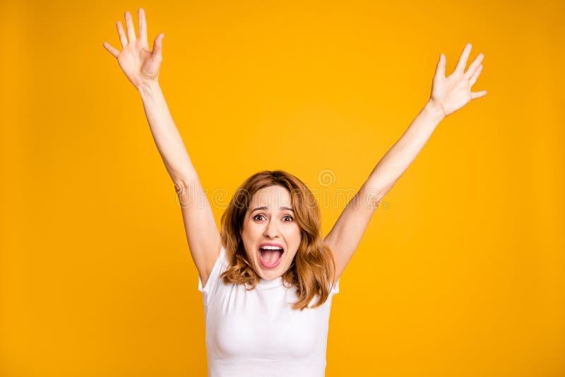 Fin vers le haut de beau génial étonnant de photo elle ses paumes de mains de bras de dame augmentées au-dessus du chef hurlant l photo libre de droits
