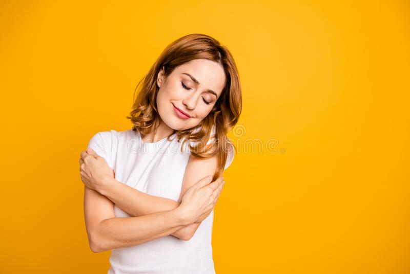 Fin vers le haut de bel étonnant de photo elle sa dame tiennent l'individu de mains de bras que les yeux ont clôturé des émotions photographie stock