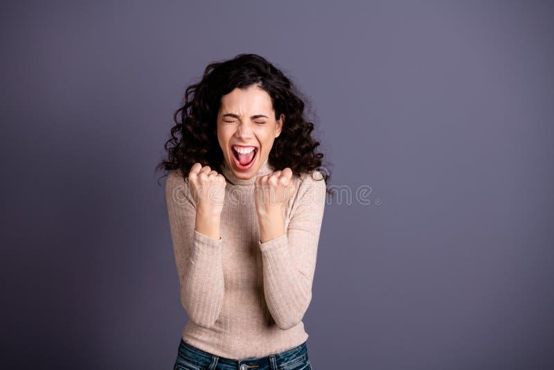 Fin vers le haut de bel étonnant de photo elle ses bras de mains étonnés par dame de poings a soulevé hurler la majorette bruyant photos stock