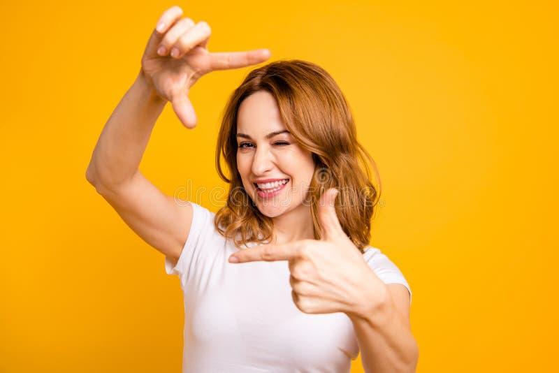 Fin vers le haut de bel étonnant de photo elle ses doigts comblés de mains de bras de prise de dame rusée feignent le photographe photographie stock libre de droits