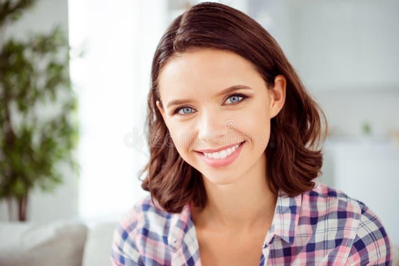Fin vers le haut de bel étonnant de photo elle son usage intime de jour de coiffure de dame de coiffure de dents idéales parfaite photographie stock