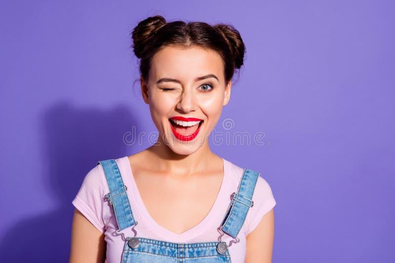 Fin vers le haut de bel étonnant de photo elle son usage rouge gai de pommade de lèvres de bouche de petits pains de la dame deux photo stock