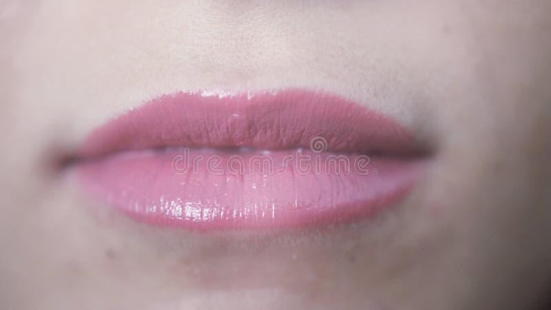 Fin vers le haut de belles lèvres roses de jeune fille photo libre de droits