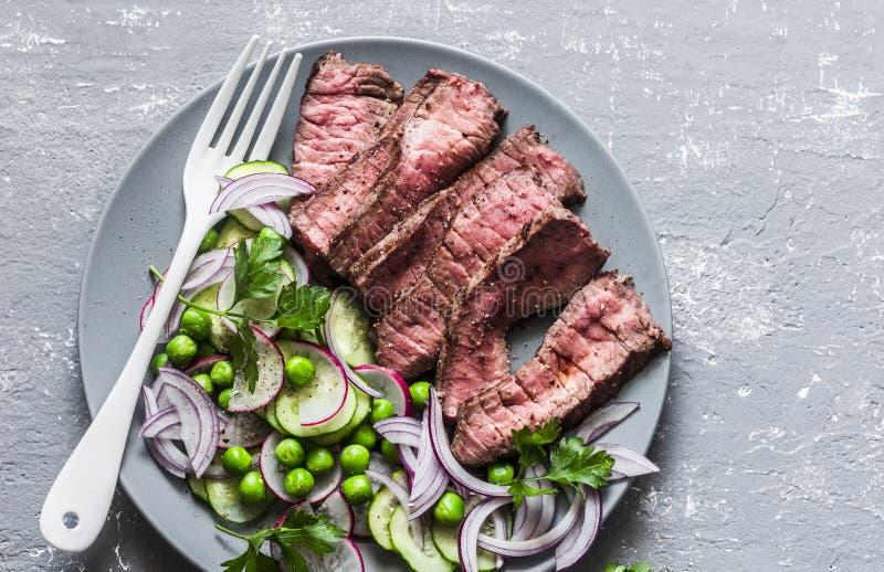 Fin vers le haut de bifteck de boeuf moyen de r?ti avec de la salade v?g?tale L'alimentation saine a ?quilibr? la nourriture sur  image stock