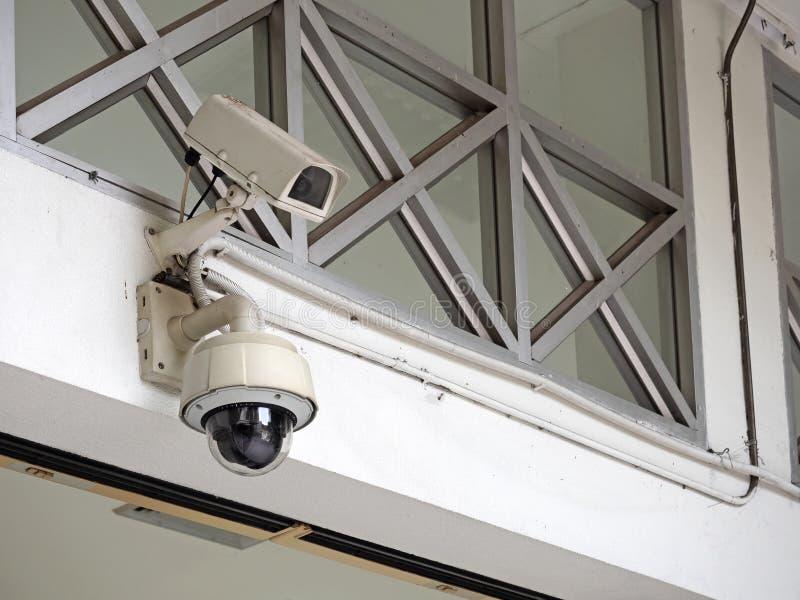 Fin vers le haut de caméra de sécurité ou de télévision en circuit fermé de télévision en circuit fermé sur le mur photographie stock libre de droits