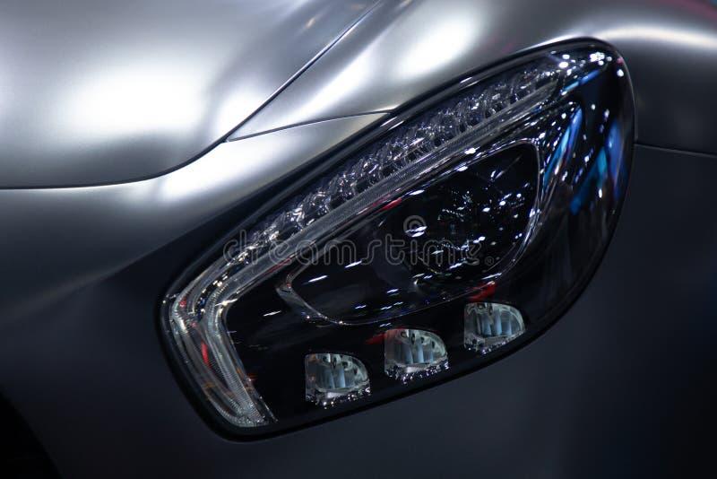Fin vers le haut de couleur grise de voiture de sport de phare photos libres de droits