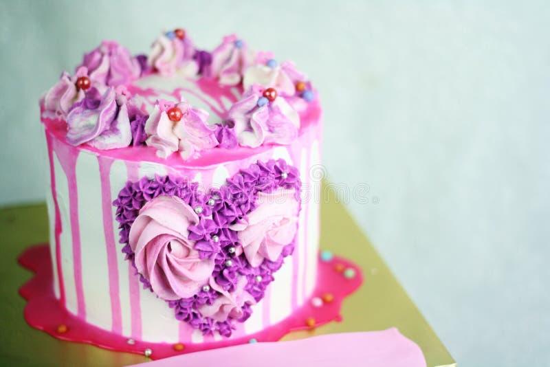 Fin vers le haut de crème de remous sur le gâteau images stock
