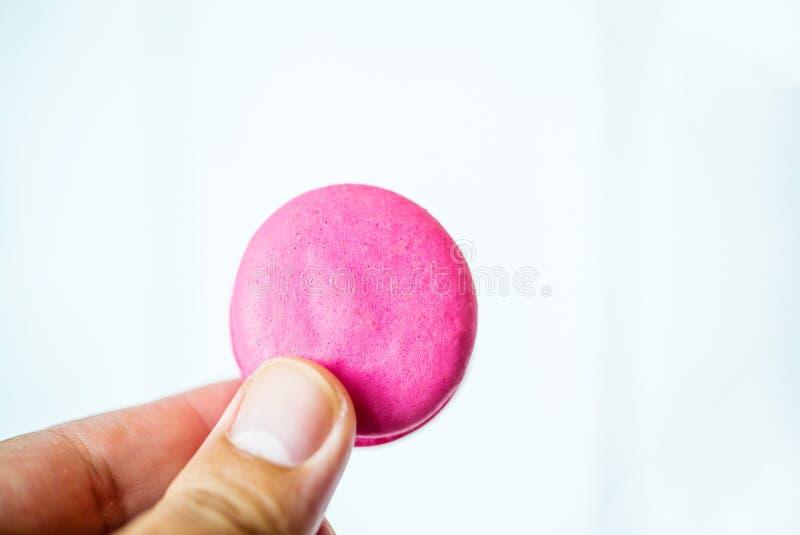 Fin vers le haut de dessert coloré de macarons avec la main de toneson de cru Fond français coloré de macarons, CCB coloré différ photographie stock libre de droits