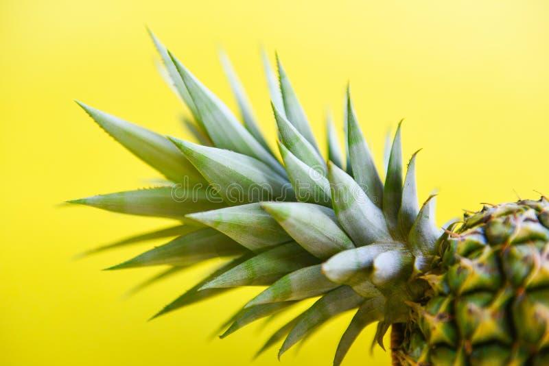Fin vers le haut de fruit frais d'été d'ananas sur un jaune images stock