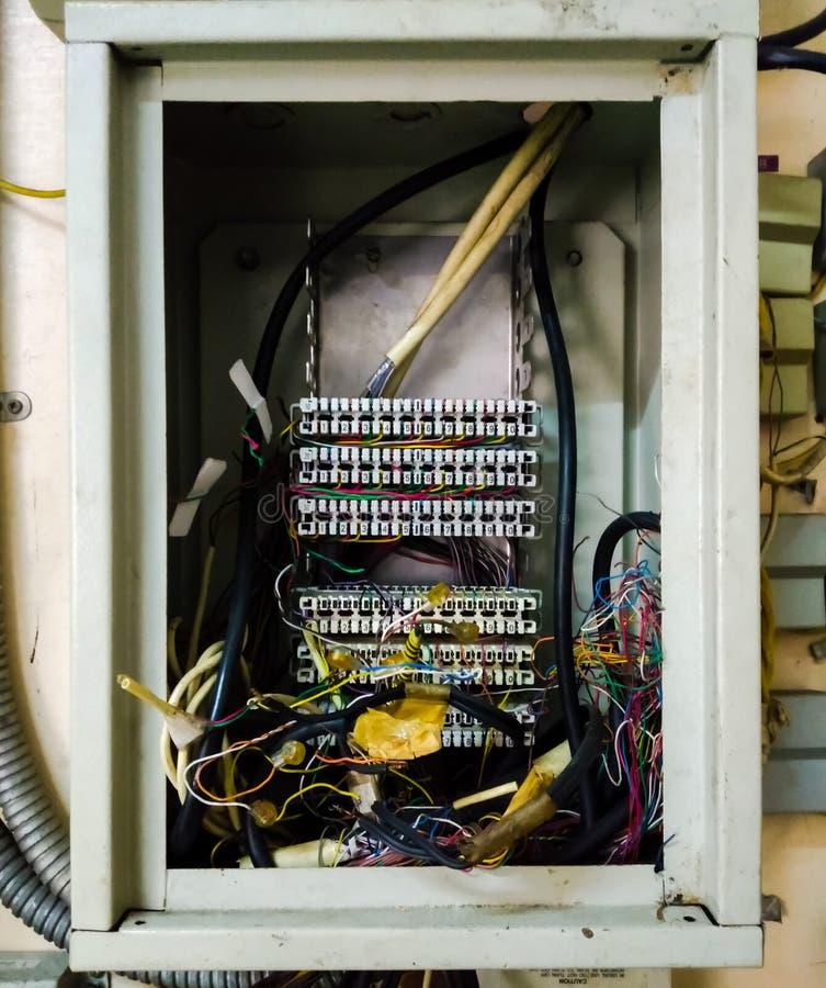 Fin vers le haut de l'autocommutateur privé automatique PBX et de la vieille ligne téléphonique image stock