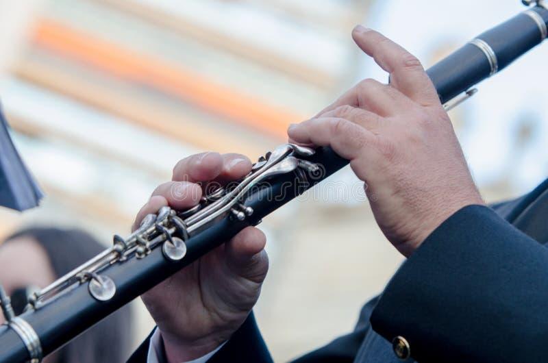Fin vers le haut de la clarinette, coordonnée d'un musicien dans les fallas de Valence images libres de droits